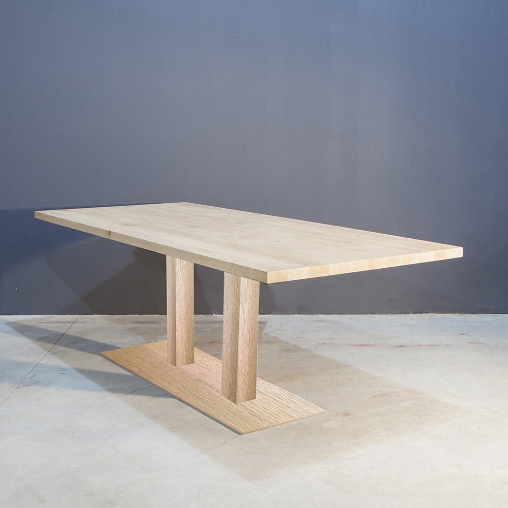 Massief eiken eettafel met modern onderstel concept table for Eettafel modern