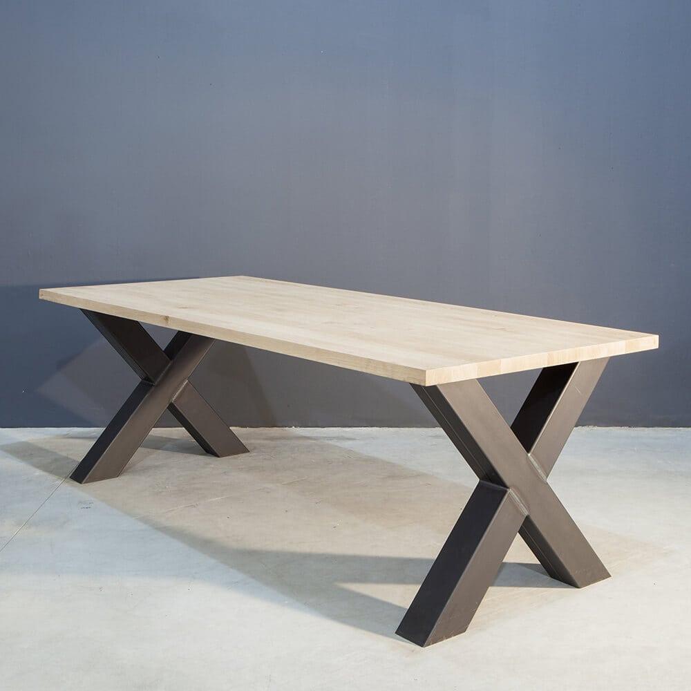 Massief eiken tafel met industriële kruispoot K-3 ZW Kaal | Concept Table