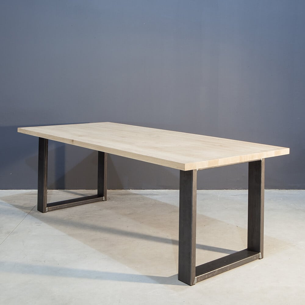 Moderne eettafel met industrieel staal concept table - Moderne eettafel ...