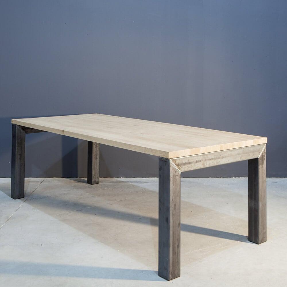 Massief eiken eettafel met modern stalen onderstel concept table - Tafel met chevet ...