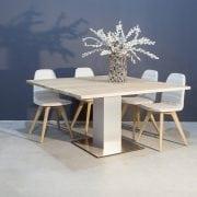 Vierkante eikenhouten eettafel met RVS kolompoot | Concept Table